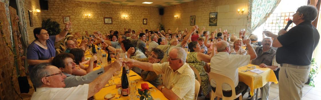 Repas dans la petite salle pouvant accueillir jusqu'à 150 personnes